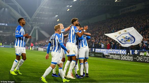 Fulham tặng Huddersfield trận thắng đầu tiên trong mùa - Ảnh 1.