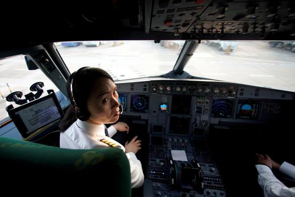 Nữ phi công Trung Quốc như hoa lạc giữa rừng gươm - Ảnh 2.