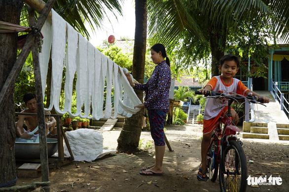 Nhộn nhịp làng dệt choàng trăm tuổi ở miền Tây - Ảnh 9.