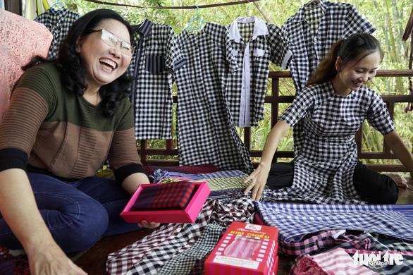 Nhộn nhịp làng dệt choàng trăm tuổi ở miền Tây - Ảnh 2.