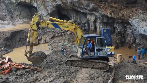 Còn cách 15m, vẫn khó tiếp cận 2 công nhân kẹt trong hang Cột Cờ - Ảnh 1.