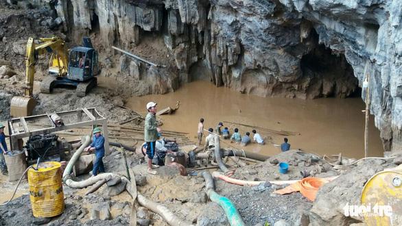Còn cách 15m, vẫn khó tiếp cận 2 công nhân kẹt trong hang Cột Cờ - Ảnh 2.
