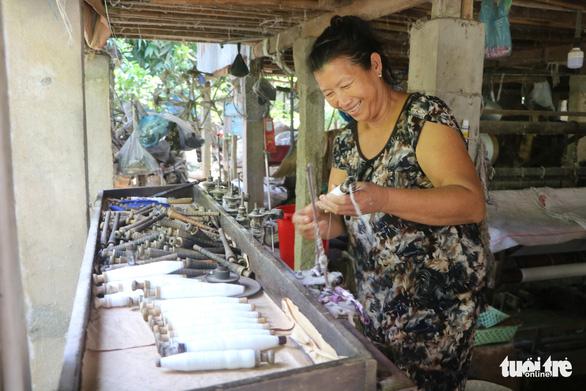 Nhộn nhịp làng dệt choàng trăm tuổi ở miền Tây - Ảnh 8.