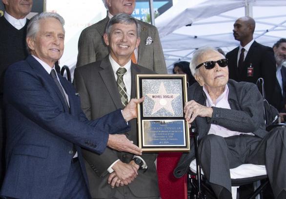 Michael Douglas nhận sao trên Đại lộ Danh vọng sau 50 năm - Ảnh 2.