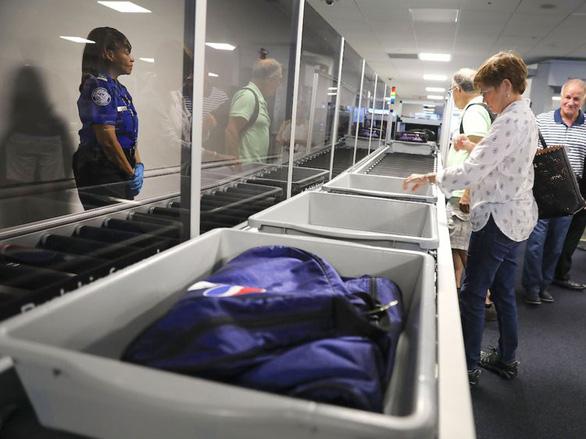 Bí quyết qua cửa an ninh sân bay nhanh và thảnh thơi nhất - Ảnh 3.