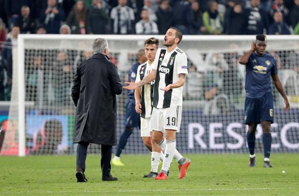 Cầu thủ Juventus điên tiết vì màn ăn mừng khiêu khích của HLV Mourinho - Ảnh 3.