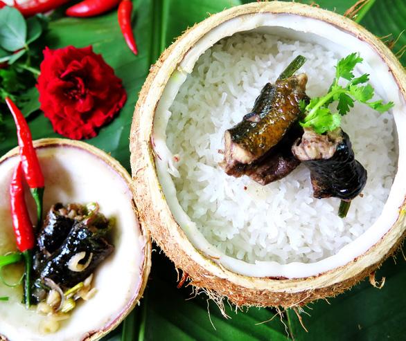 Thơm lừng cơm lịch nướng trái dừa - Ảnh 1.