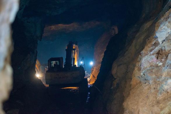 Mưa lớn đe dọa việc cứu hộ vụ sập hầm vàng - Ảnh 2.
