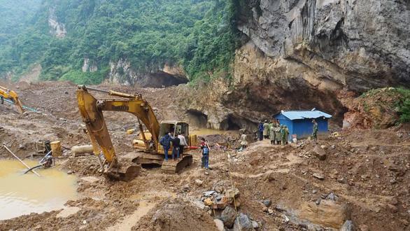 Mưa lớn đe dọa việc cứu hộ vụ sập hầm vàng - Ảnh 1.