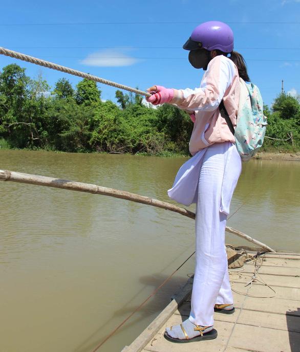 Học sinh kéo bè phao vượt sông Cái đến trường - Ảnh 2.