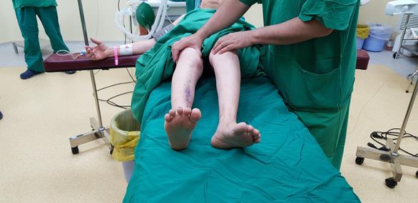 Thay hai khớp háng giúp người viêm cột sống dính khớp đi lại - Ảnh 2.