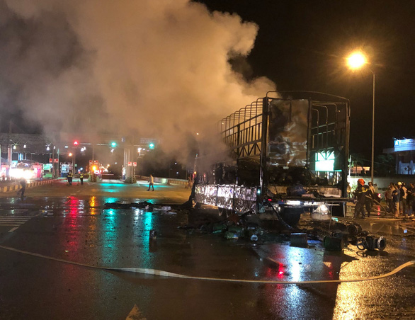 Xe tải bốc cháy ngay trạm thu phí BOT Bắc Bình Định - Ảnh 1.