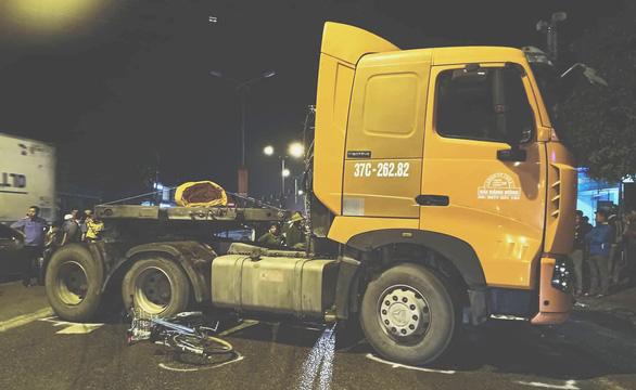 Xe container cuốn 3 học sinh vào gầm, 1 em tử vong - Ảnh 1.