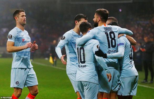Giroud giải hạn, Chelsea vượt qua vòng bảng - Ảnh 1.