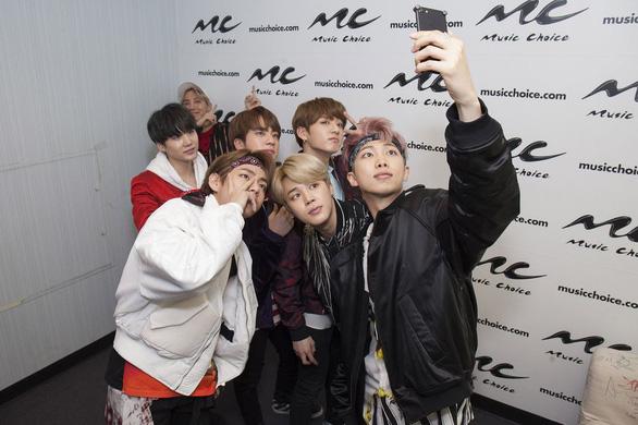 Đài Nhật hủy show vì nhóm nhạc BTS mặc áo hình bom nguyên tử - Ảnh 1.