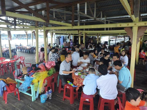 Kiến nghị vịnh Nha Trang ngưng dịch vụ nhà hàng nổi - Ảnh 3.