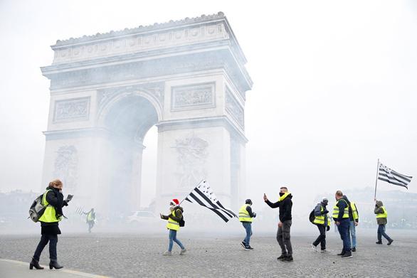 Paris lại mịt mù khói lửa như chiến địa - Ảnh 1.