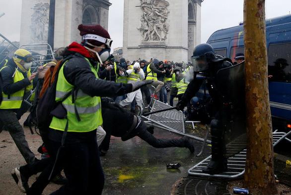 Paris lại mịt mù khói lửa như chiến địa - Ảnh 3.