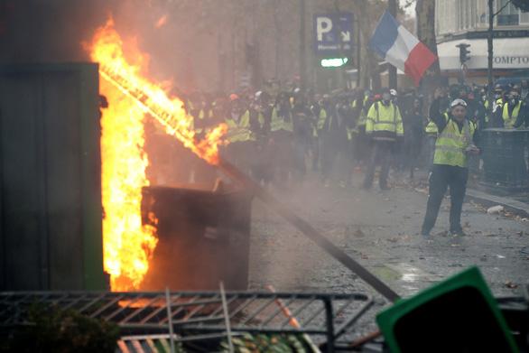 Paris lại mịt mù khói lửa như chiến địa - Ảnh 6.