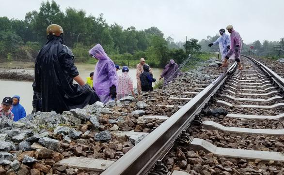 Mưa lớn, đường sắt qua Quảng Nam sạt lở, thủy điện vẫn đói nước - Ảnh 1.
