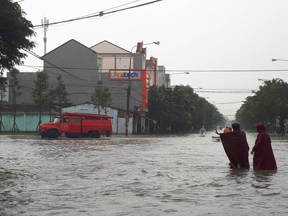Nước sông Quảng Ngãi rút chậm, đã có người mất tích - Ảnh 1.