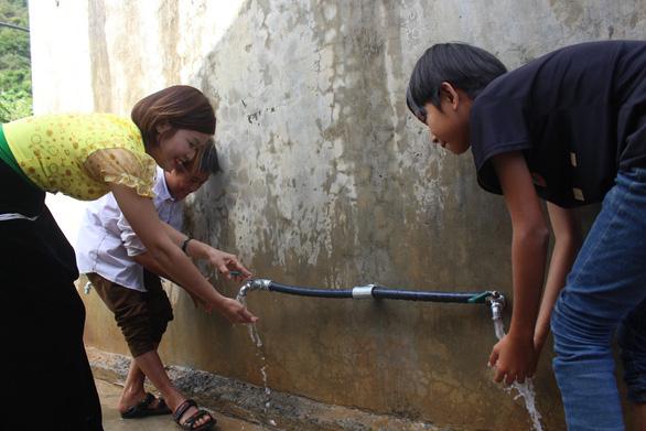 Sẻ chia nước sạch đến với học sinh Sơn La - Ảnh 2.