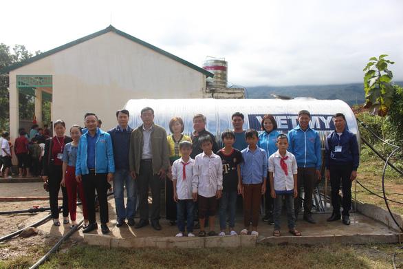 Sẻ chia nước sạch đến với học sinh Sơn La - Ảnh 1.