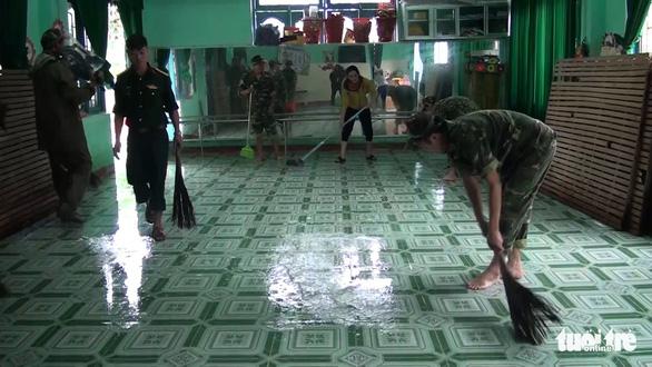 Dân Quảng Nam vật vã trong nước lũ ngập sâu - Ảnh 17.