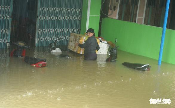 Dân Quảng Nam vật vã trong nước lũ ngập sâu - Ảnh 16.