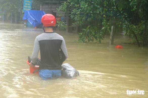 Dân Quảng Nam vật vã trong nước lũ ngập sâu - Ảnh 7.