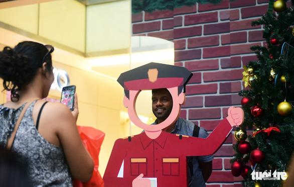 Người Sài Gòn tất bật mua sắm trang hoàng dịp Noel - Ảnh 8.