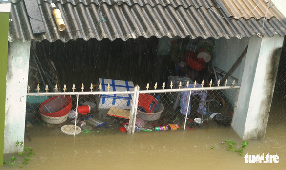 Dân Quảng Nam vật vã trong nước lũ ngập sâu - Ảnh 10.