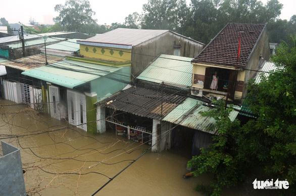 Dân Quảng Nam vật vã trong nước lũ ngập sâu - Ảnh 11.