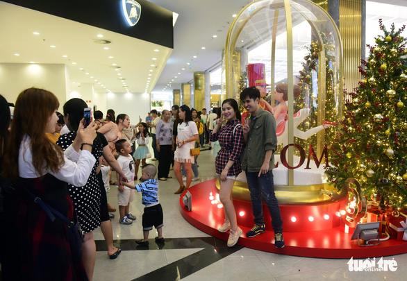 Người Sài Gòn tất bật mua sắm trang hoàng dịp Noel - Ảnh 9.