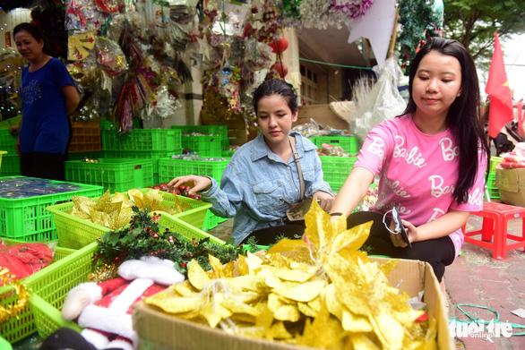 Người Sài Gòn tất bật mua sắm trang hoàng dịp Noel - Ảnh 1.