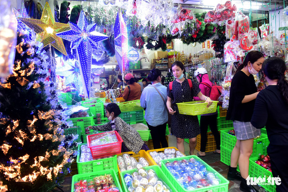 Người Sài Gòn tất bật mua sắm trang hoàng dịp Noel - Ảnh 6.