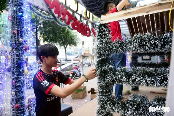 Người Sài Gòn tất bật mua sắm trang hoàng dịp Noel - Ảnh 7.