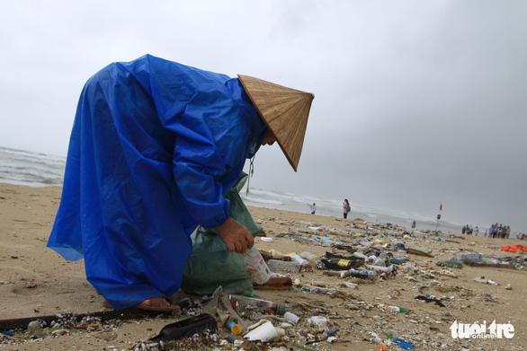 Sinh vật biển theo rác thải trôi dày đặc trên bãi biển Đà Nẵng - Ảnh 4.