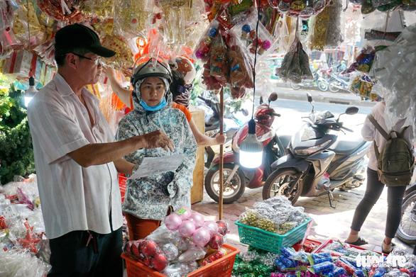 Người Sài Gòn tất bật mua sắm trang hoàng dịp Noel - Ảnh 3.