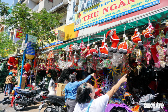 Người Sài Gòn tất bật mua sắm trang hoàng dịp Noel - Ảnh 4.