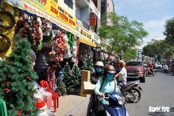 Người Sài Gòn tất bật mua sắm trang hoàng dịp Noel - Ảnh 5.