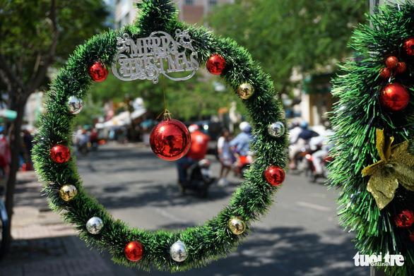 Người Sài Gòn tất bật mua sắm trang hoàng dịp Noel - Ảnh 2.