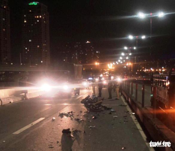 Chết thảm vì đi xe máy vào làn ôtô trên cầu Sài Gòn - Ảnh 1.