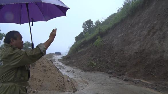 Nước sông Quảng Ngãi rút chậm, đã có người mất tích - Ảnh 3.