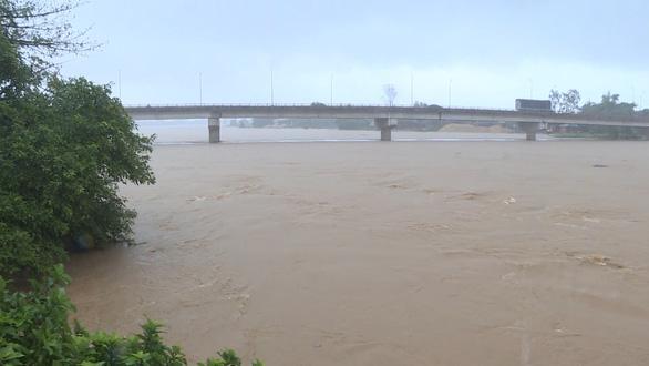 Nước sông Quảng Ngãi rút chậm, đã có người mất tích - Ảnh 2.