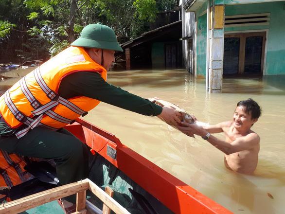 Bộ đội vượt lũ dữ cứu trợ dân Quảng Nam bị cô lập - Ảnh 5.