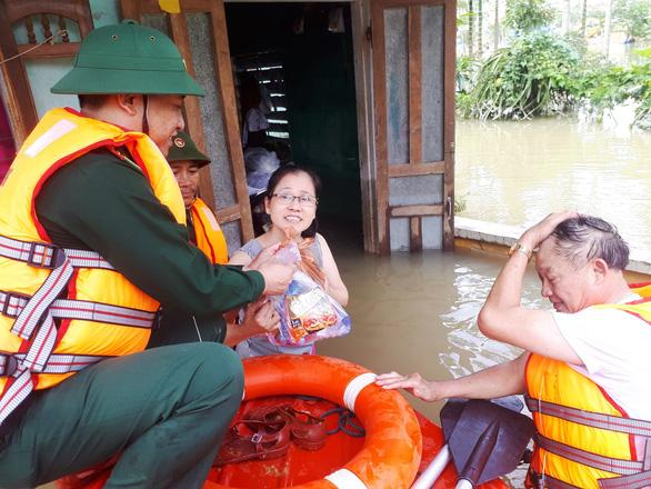 Bộ đội vượt lũ dữ cứu trợ dân Quảng Nam bị cô lập - Ảnh 7.