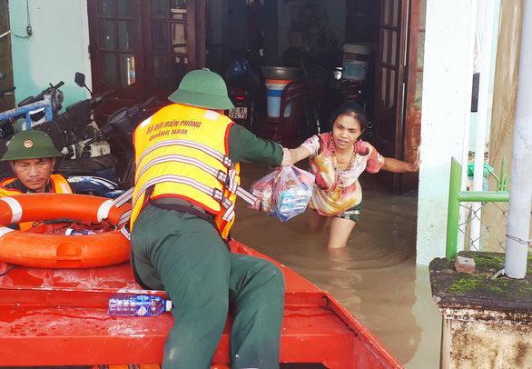 Bộ đội vượt lũ dữ cứu trợ dân Quảng Nam bị cô lập - Ảnh 1.
