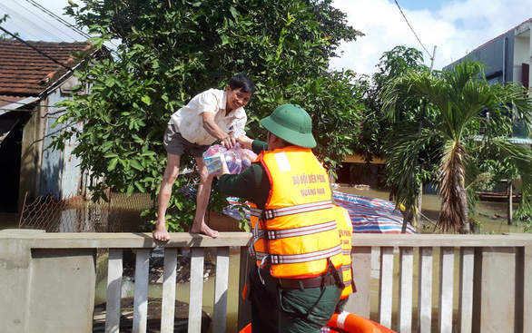 Bộ đội vượt lũ dữ cứu trợ dân Quảng Nam bị cô lập - Ảnh 12.