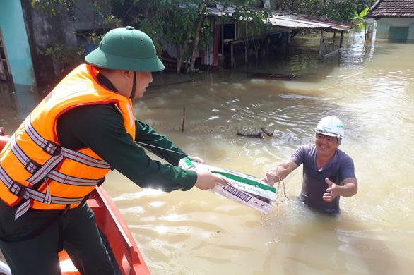Bộ đội vượt lũ dữ cứu trợ dân Quảng Nam bị cô lập - Ảnh 11.